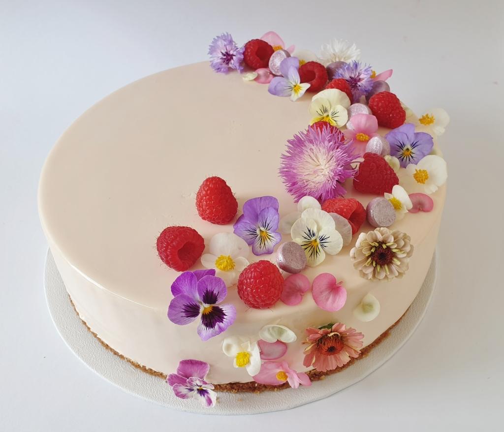bruidstaart met frambozen en eetbare bloemen