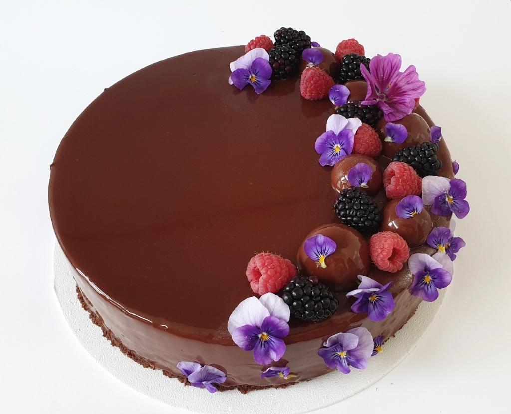 chocolade verjaardagstaart met vers fruit en eetbare viooltjes