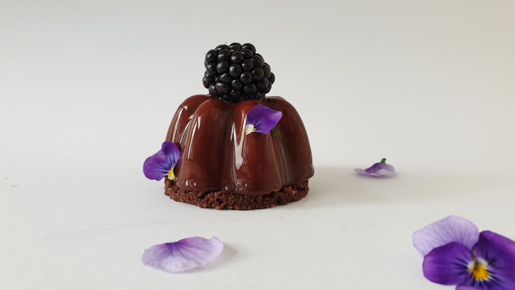 chocolade gebakje met bramen voor high tea