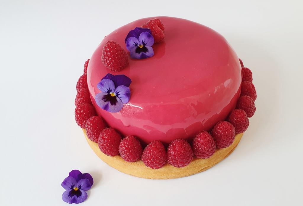 verjaardagstaart met frambozen en viooltjes