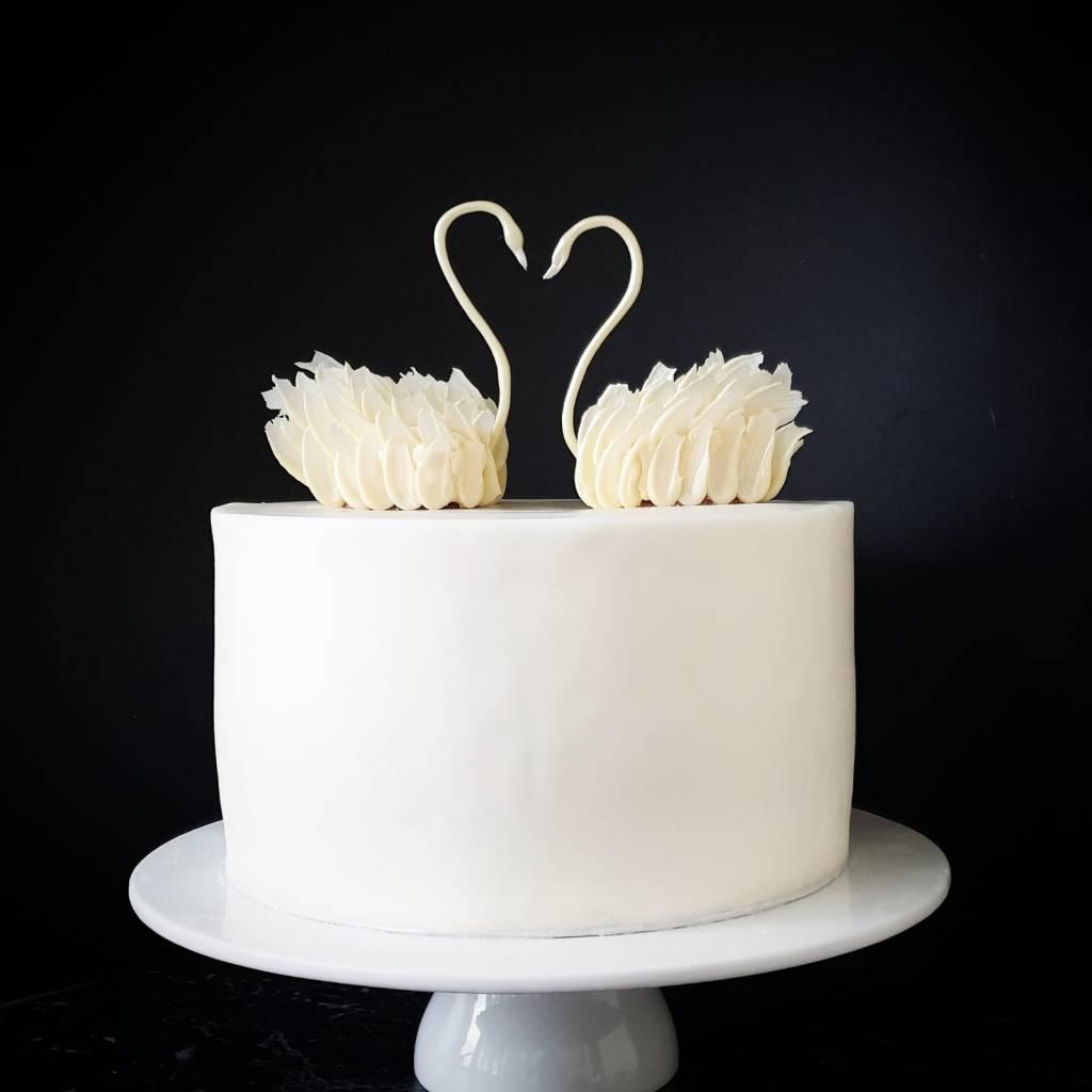 elegante bruidstaart met witte chocolade zwanen