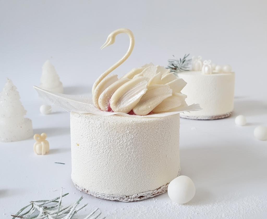 witte gebakjes met witte chocolade zwaantje