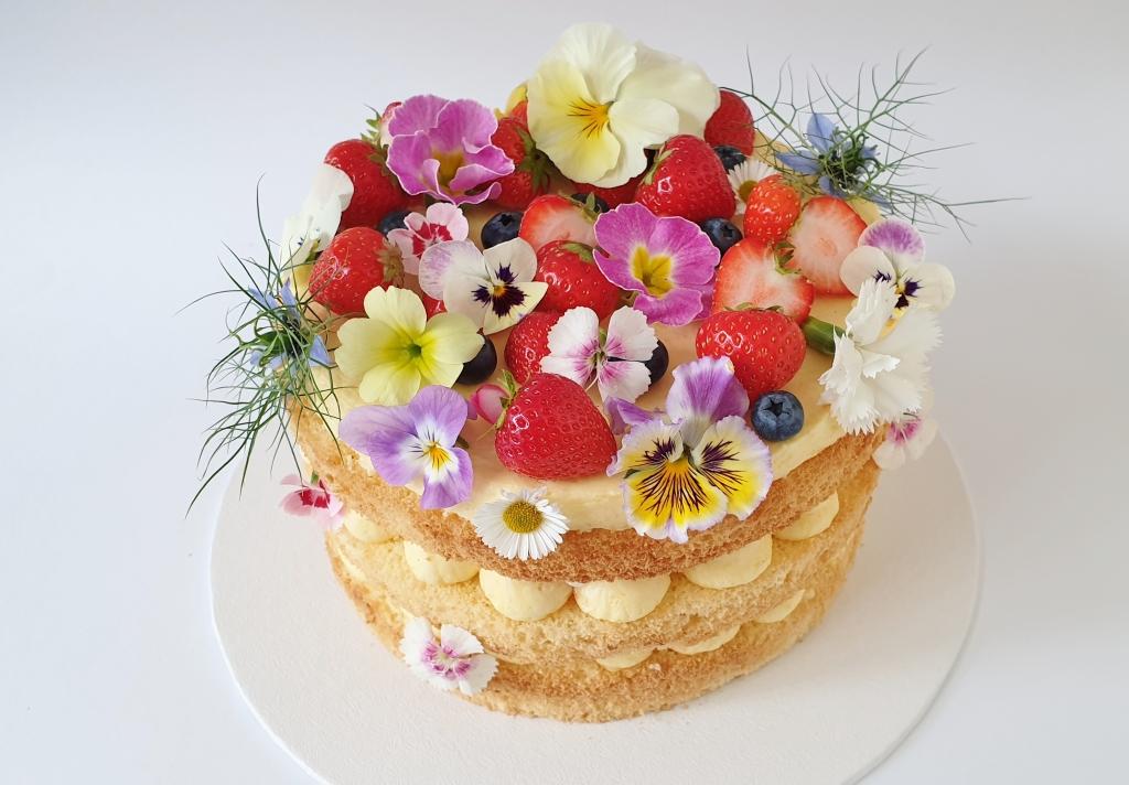 vegan naked cake met citroencreme aardbeien en eetbare bloemen