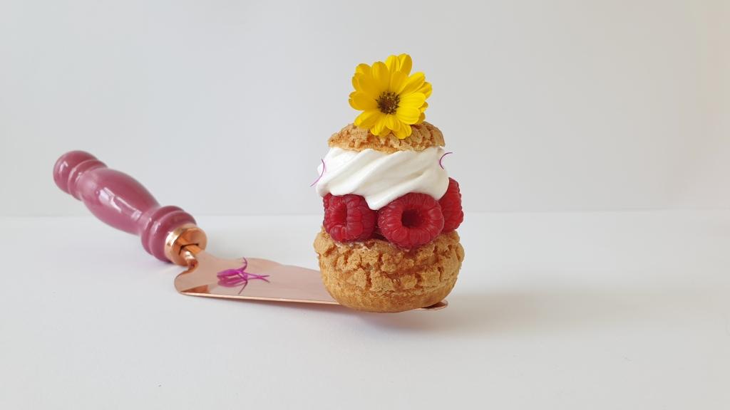 framboos meringue soezen met bloemen