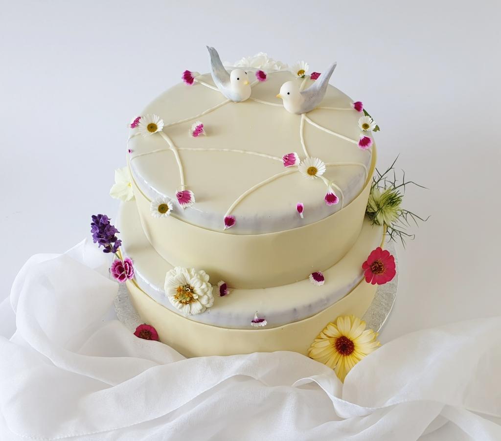 weddingcake with edible flowers and fondant birds