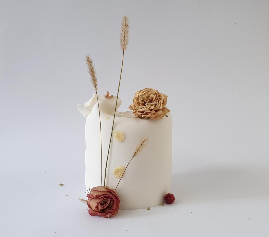 bruidstaart met gedroogde bloemen