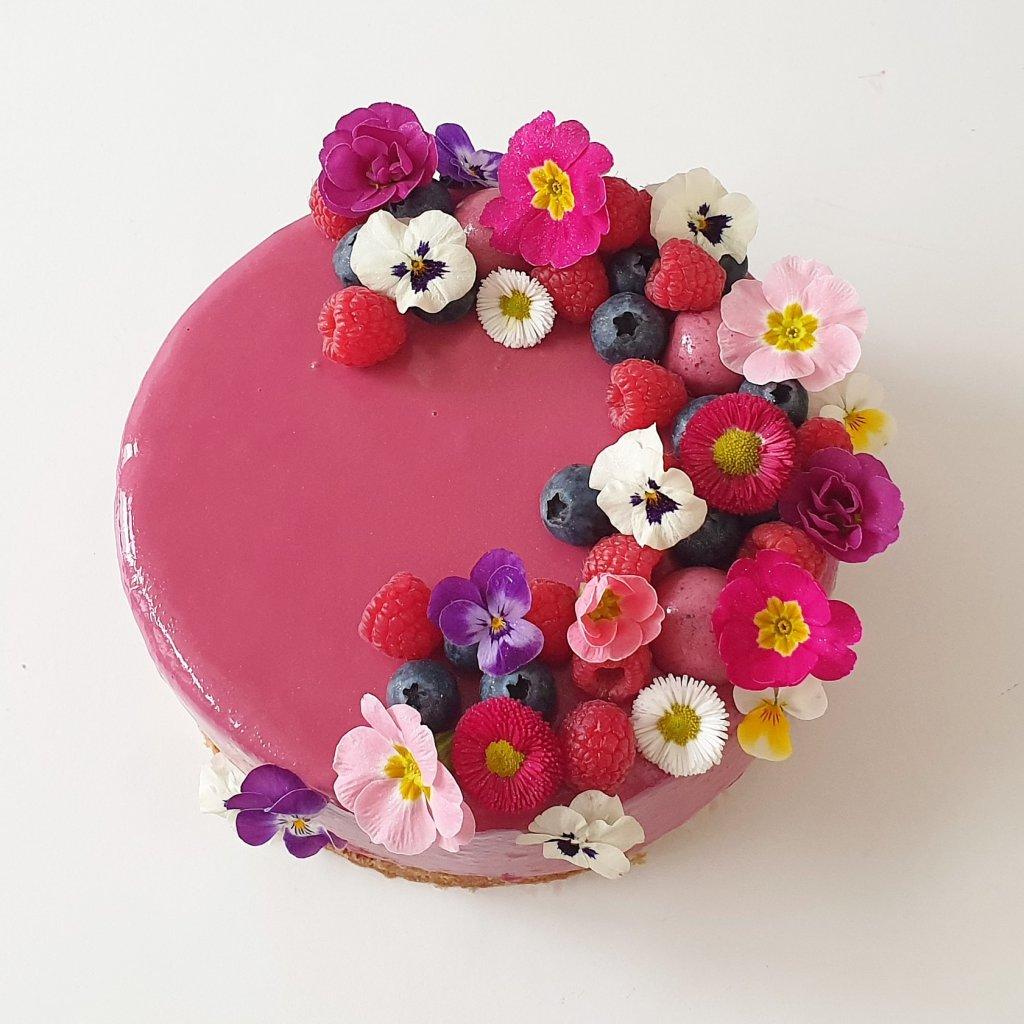 verjaardagstaart met eetbare bloemen