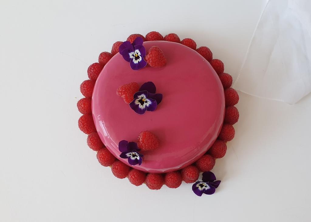 frambozen taart met viooltjes