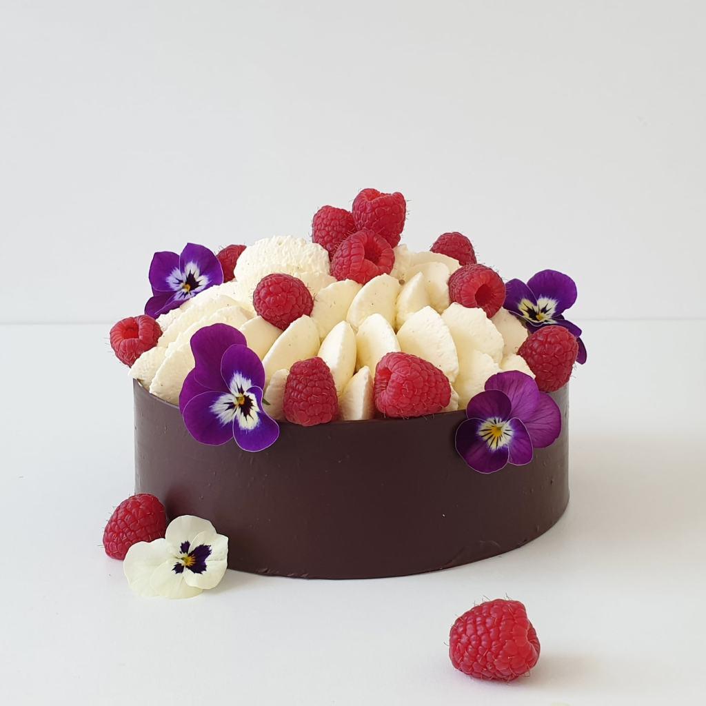 chocolade taart met frambozen en viooltjes