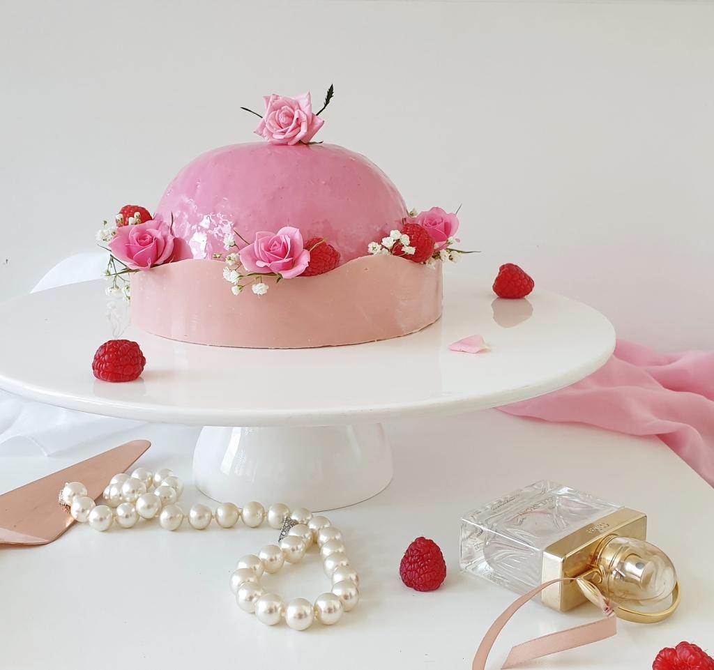 verjaardagstaart met rozen en frambozen